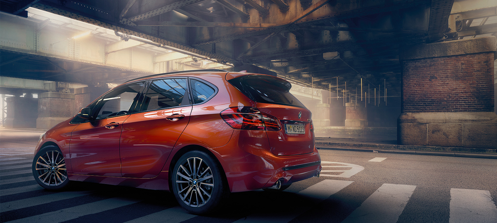 BMW Série 2 Active Tourer F45 restylage 2018 Sunset Orange metallic, vue de profil dans un hall