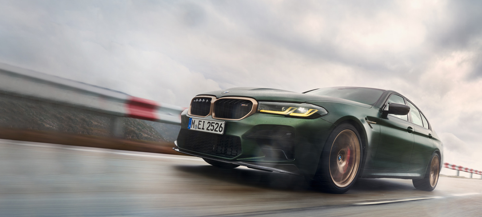 BMW M5 CS F90 2021 Frozen Deep Green metallic driekwart vooraanzicht