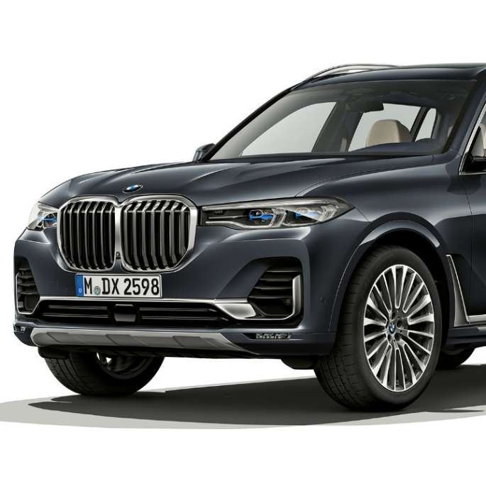 Studio-opname van de BMW X7 in driekwart vooraanzicht in Design Pure Excellence